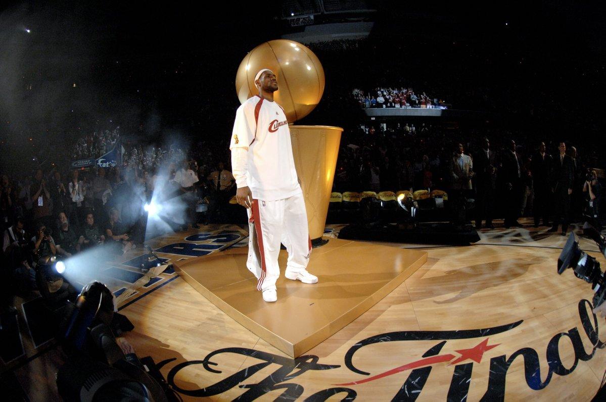 青涩!美媒晒詹姆斯2007年初登总决赛舞台的照片