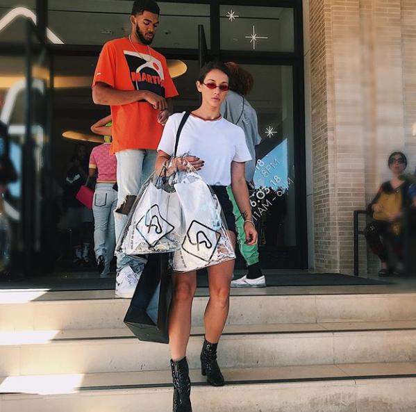 唐斯女友发布二人逛街的照片:买到满意为止