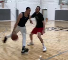 轻巧!拉文发布自己进行运球上篮训练的视频