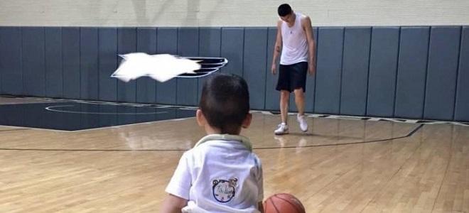 孙悦带爱子打篮球:开始跟爸爸练起来了