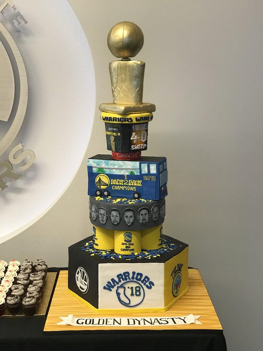 勇士官方晒出特别制作的冠军奖杯蛋糕