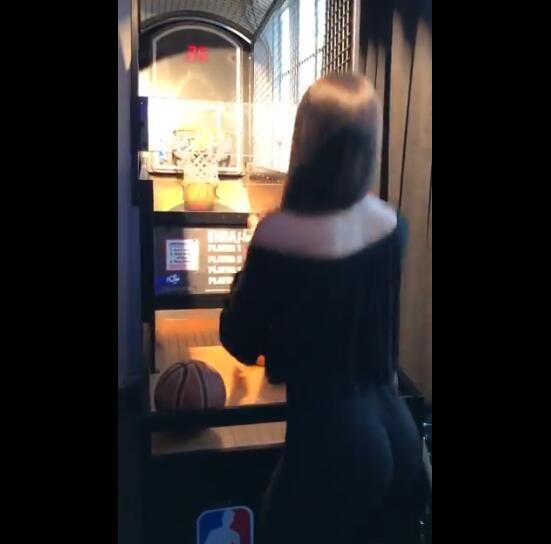 你可以吗?健身女模特投篮机前10秒内连中6球