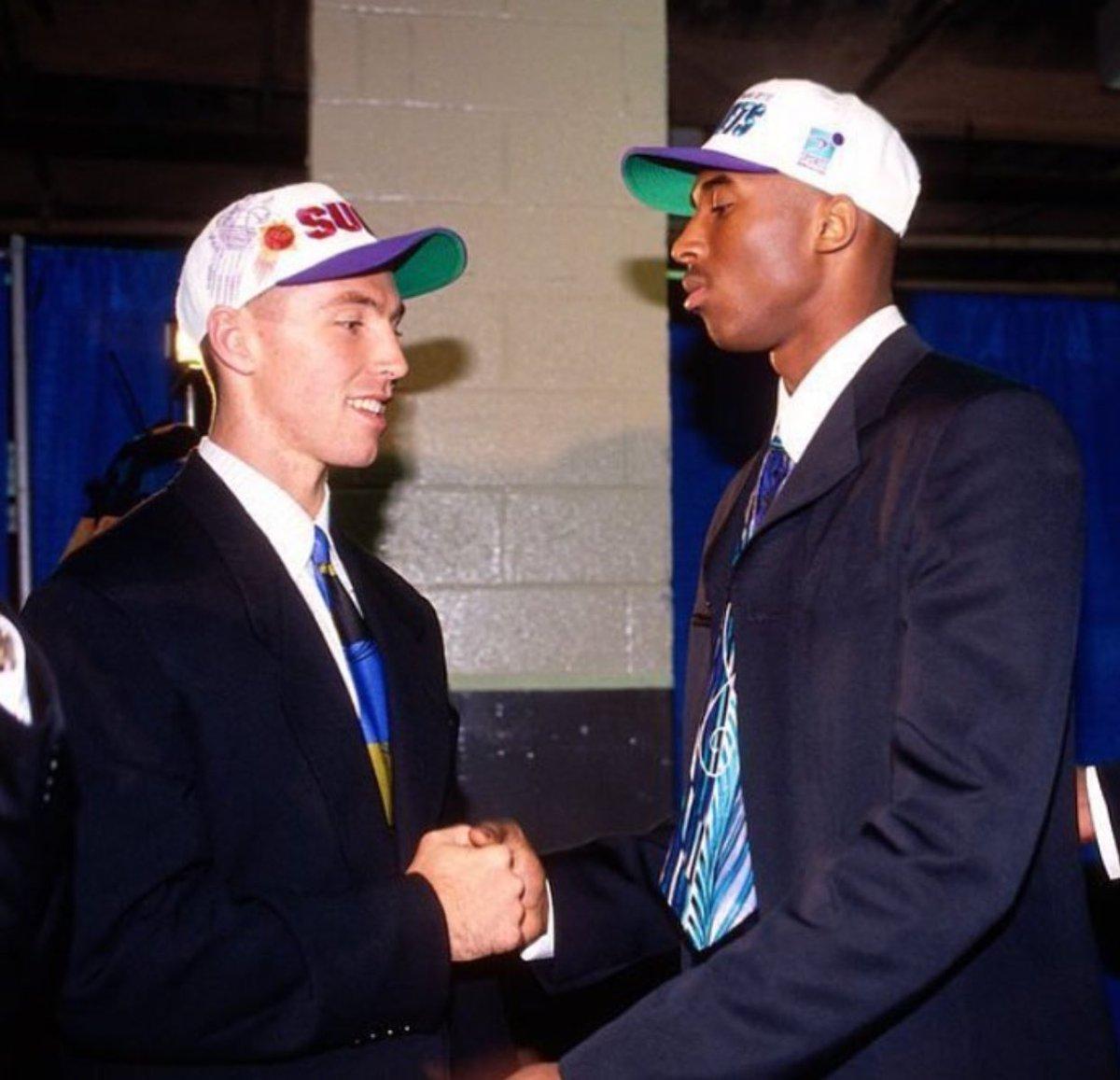 满满的回忆!美媒晒出科比和纳什在1996年选秀大会上的合影