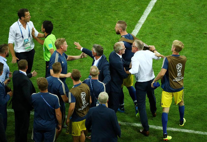 GIF:德国教练组成员挑衅庆祝,两队场边爆发冲突
