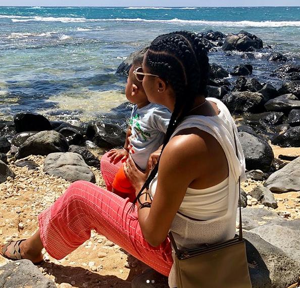 威少老婆与儿子赏识海景:我的宝物