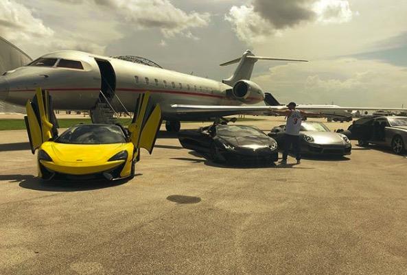 GIF:奢华排场,本泽马下飞机四辆超跑等他挑