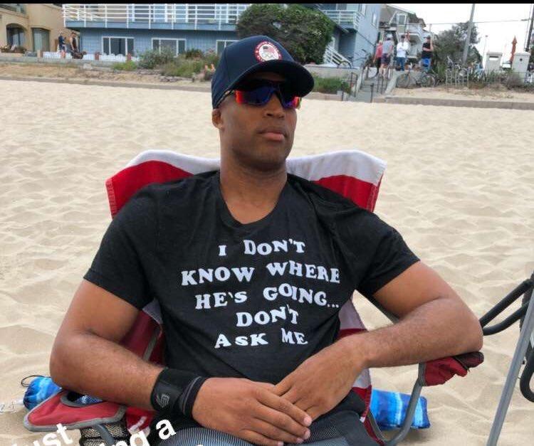 杰弗森身穿定制短袖:我不知道他去哪,别问我