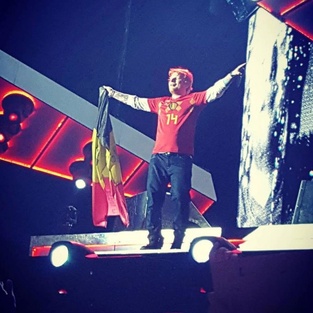 入乡随俗?黄老板比利时开唱,穿默滕斯球衣、祝比利时夺冠