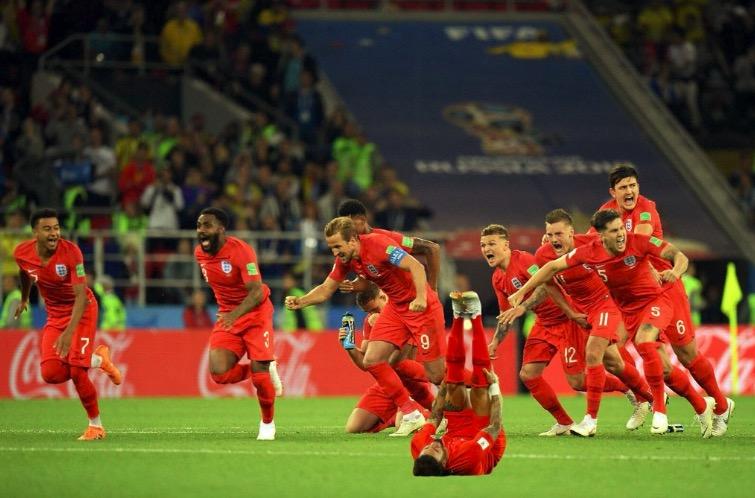英格兰队友飞奔庆祝,沃克正巧倒地不忘自黑