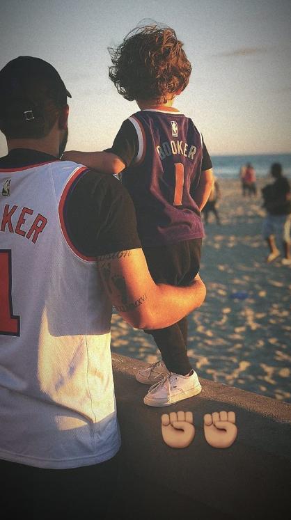 有爱!布克发布大小球迷穿着自己球衣的照片