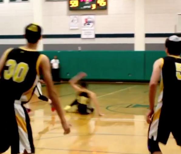 愿脚踝安息!美媒发布一野球场球员被晃倒的视频