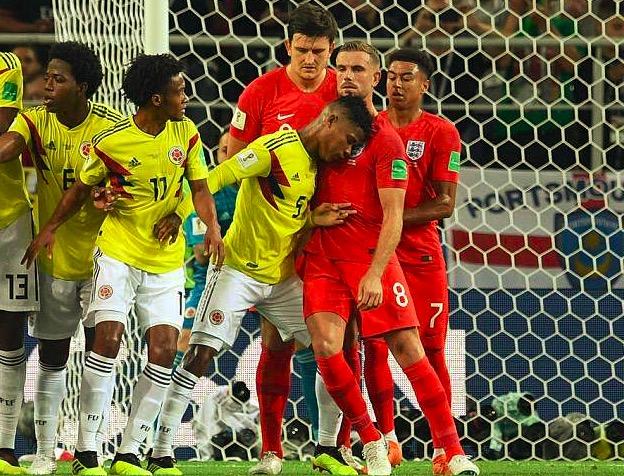 内维尔:哥伦比亚中场头顶亨德森应该吃红牌