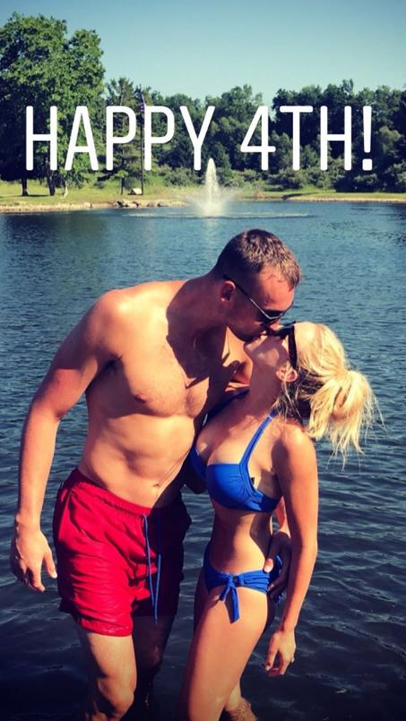 德克尔与女友湖边泳装接吻庆贺自力日