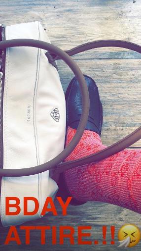 克劳德晒照展现诞辰 打扮:红袜子配豆豆鞋