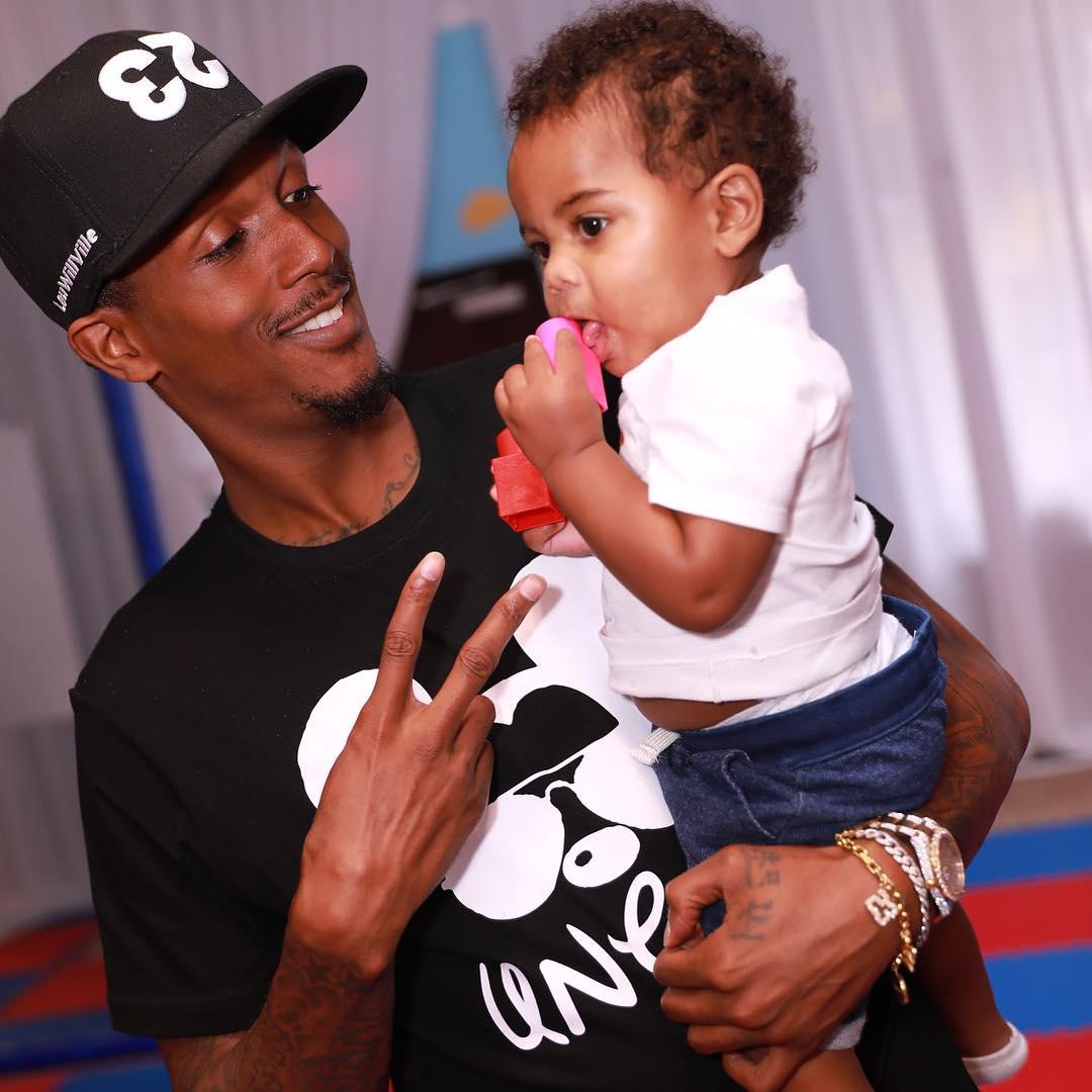 照片他都不晓得多酷有路威宣布他叔叔的本身抱着侄子