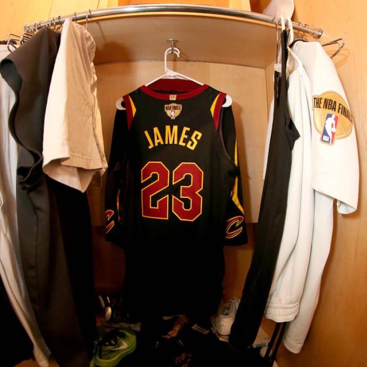 将其服役23号球衣为詹姆斯故乡棒球队