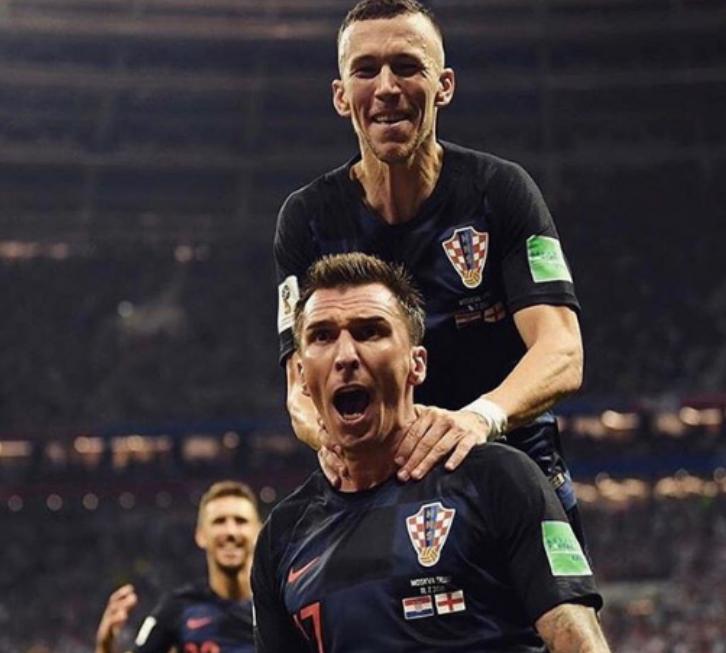 决赛!日日奇晒照庆祝克罗地亚赢球