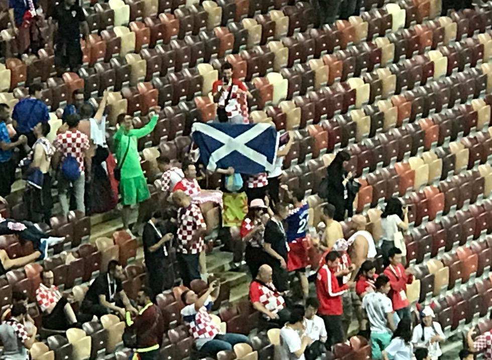 誓不两立,苏格兰球迷在克罗地亚看台展示国旗庆祝