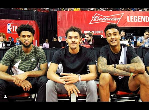 老鹰们的NBA官方晒出特雷-杨等老鹰球员照片年青