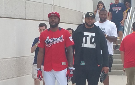 队球衣现场不雅战MLB全明星赛沃尔身穿华盛顿公民