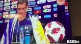 感情深!格列兹曼身披乌拉圭国旗出席法国赛后发布会