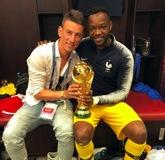 不忘兄弟,科斯切尔尼与法国队友共庆世界杯冠军