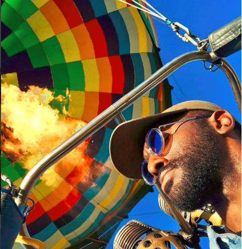 高度坐帕特森晒乘热气球照片的2000英尺