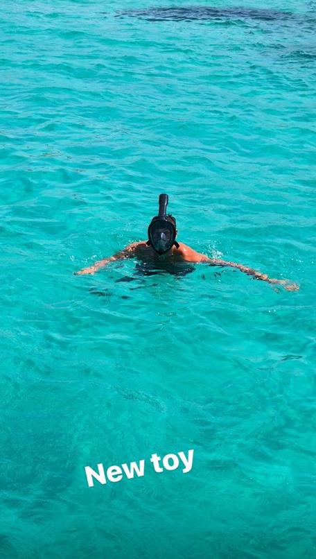 清爽夏日!贝里内利发布自己与好友在海上度假照
