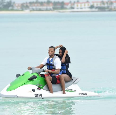 胡德与妻子骑海上摩托庆祝结婚周年纪念日:两年了