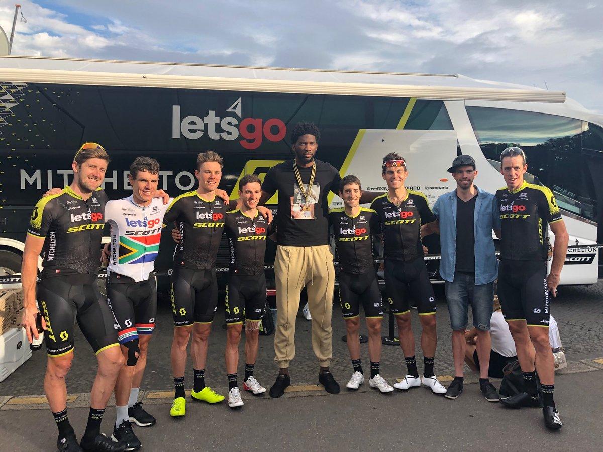 恩比德参加环法巴黎赛段活动与绿刃车队合影-领骑网