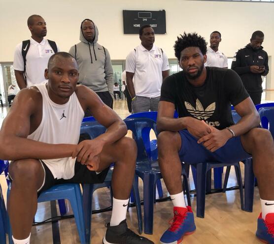 非洲队队友!恩比德和比永博篮球馆相逢