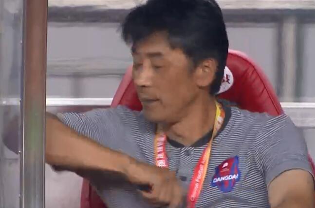 GIF:连丢两球气死我了!重庆主帅郝海涛怒捶替补席