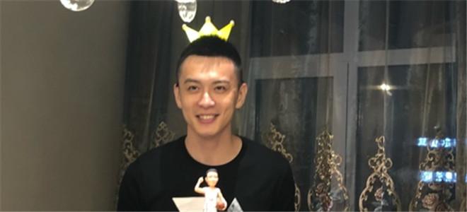 杨鸣晒照为自己庆生:这小伙生日快乐