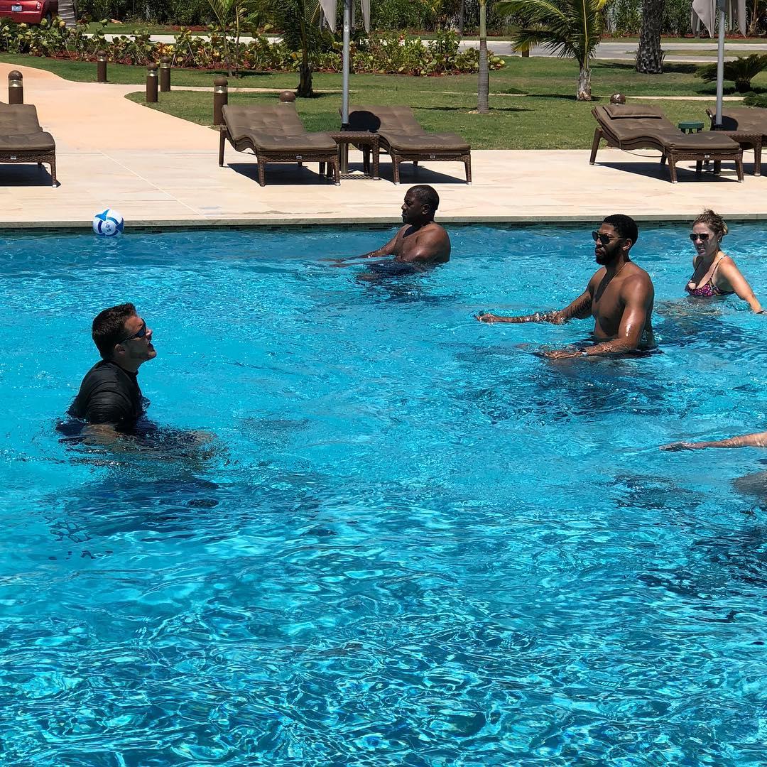 度假也不忘练习!安东尼-戴维斯与友人一路玩水球