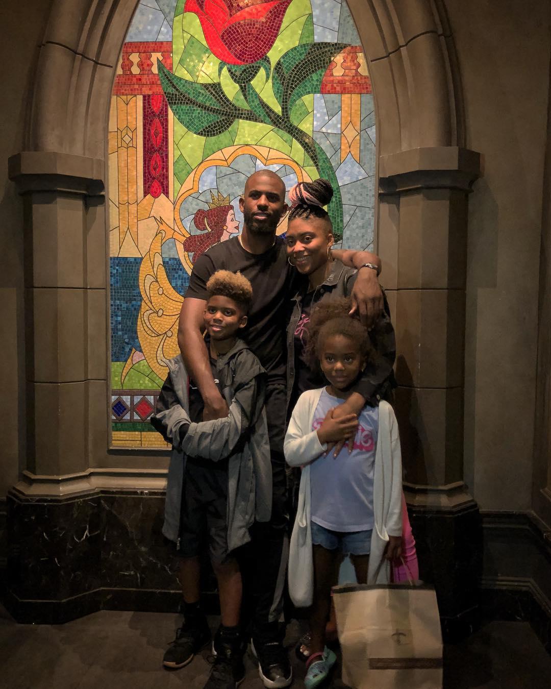 迪士尼世界玩耍在陪同家人!保罗跟家人一路