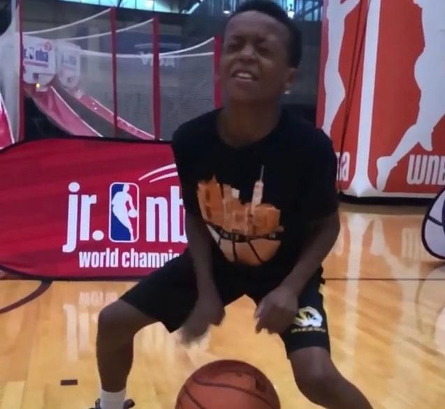 运球技的能手活逆天!10岁小球员展现本身纯熟