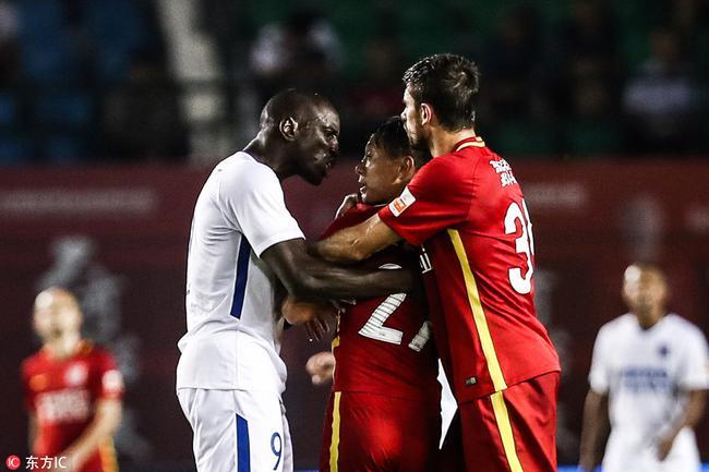 吉媒:同样干扰比赛秩序,足协只罚张力不罚登巴巴?