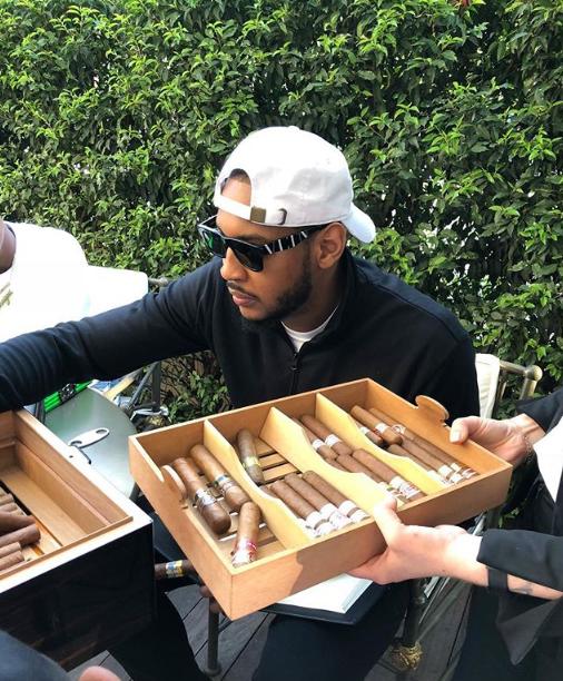 安东尼享用雪茄一个很梅罗的周末