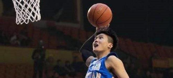 黄荣奇:袁振梁提升球队内线实力,下赛季要给球迷惊喜