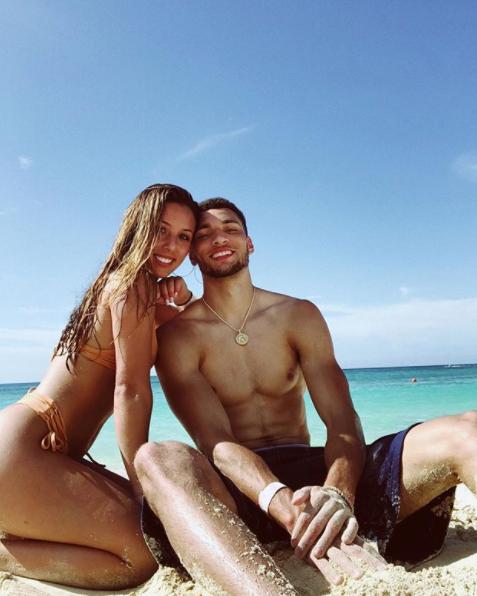 消暑好去向!拉文与女友沙岸边甜美度假