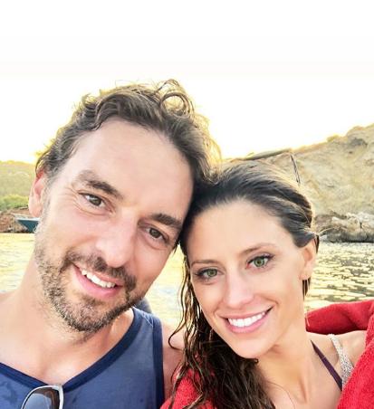 气质真搭!加索尔与女友在湖边度假