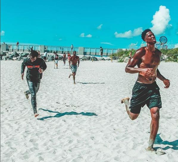 塞德在沙滩上进行长跑训练:到达终点线时的表情