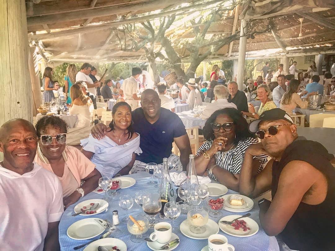 享受生活!夫妇与友人一起享用午餐