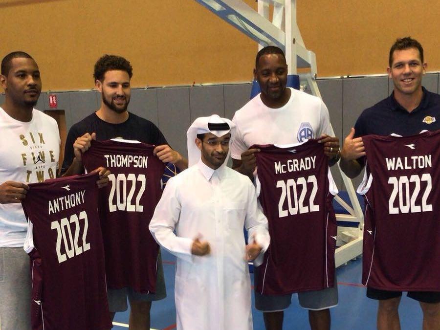 安东尼合影克莱、麦迪等人,获赠卡塔尔世界杯纪念球衣