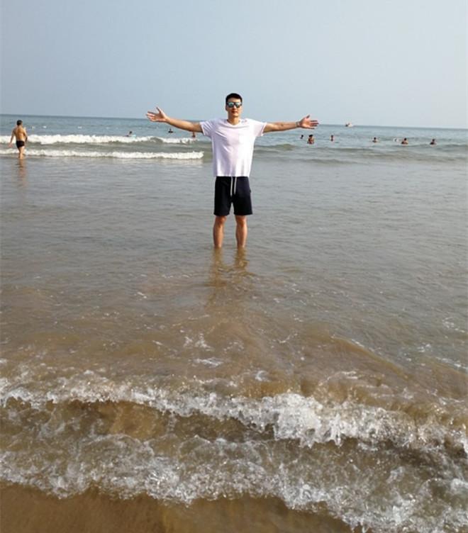 翟逸赴海边游玩叹:希望可以看得更广,走得更好