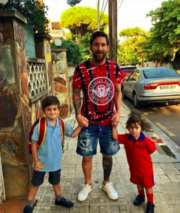梅西送儿子去上学,蒂亚戈和马特奥一红一蓝真搭
