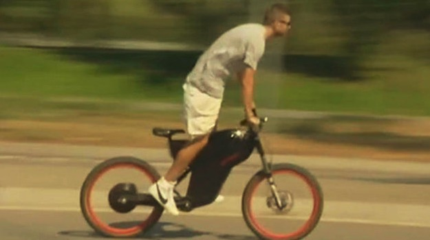 世体:高层担心皮克骑电动摩托时的安全问题, 将与其会谈