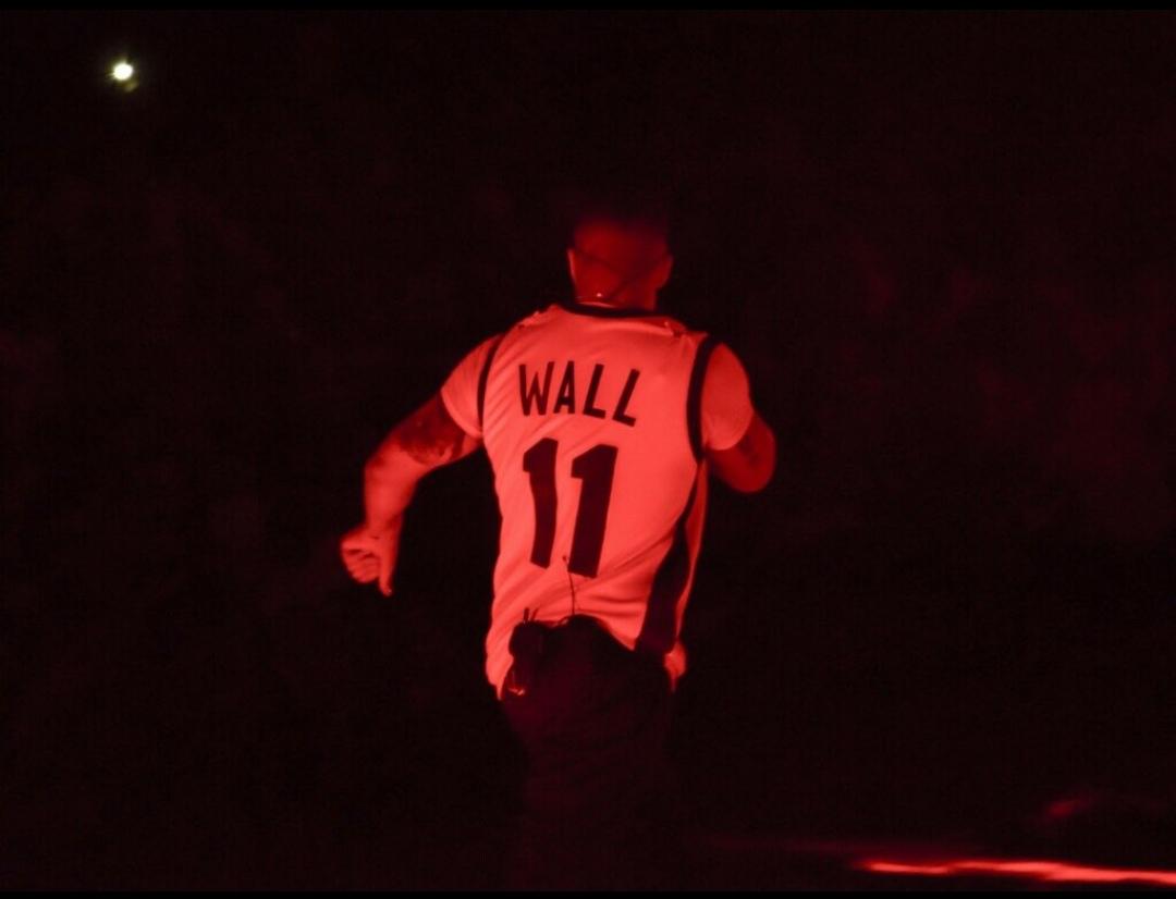 Drake穿沃尔高中球衣现身后者母校登台表演