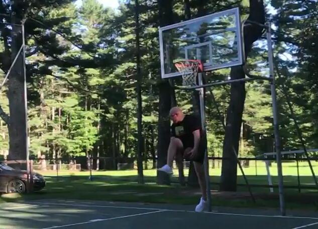 人球一体!美国胖小哥空中旋转胯下后完成击地上篮