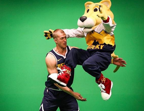 洛佩斯不在要跳上天了?普拉姆利与吉祥物拍摄写真